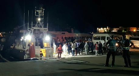 Migranti: fermati gli scafisti di due sbarchi a Lampedusa