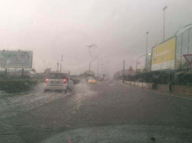 Un'ora di pioggia manda in tilt Siracusa, viale Scala Greca allagato e auto in panne