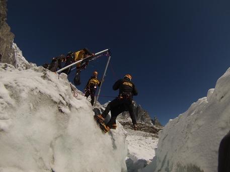 Scalatori bloccati su una cascata di ghiaccio a Cogne: salvati