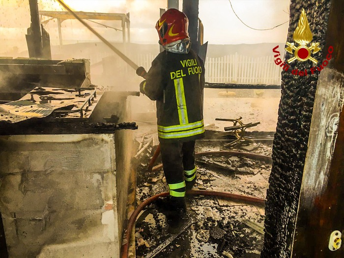 Incendio distrugge stabilimento balneare a Scalea