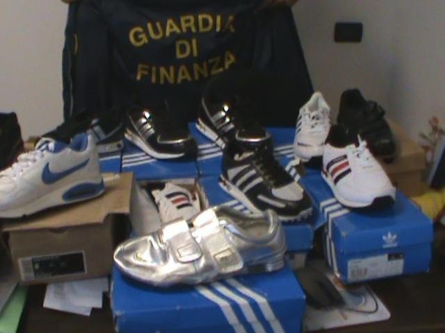 Catania, sequestrate 5.000 paia di scarpe Adidas contraffatte: un denunciato