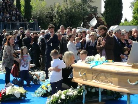 In cinquemila per l'addio a Scarponi: ciao capitano