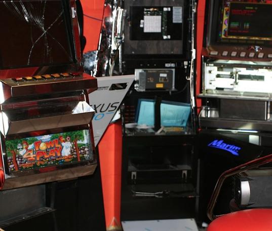 Siracusa, forzano la porta di un noto bar per scassinare le slot machine: arrestati