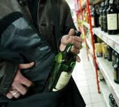 Floridia, ruba quattro bottiglie di superalcolici: tenta la fuga ma viene fermato