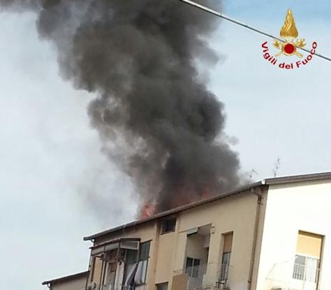 Catania, incendio distrugge mansarda: provvidenziale l'arrivo dei vigili del fuoco