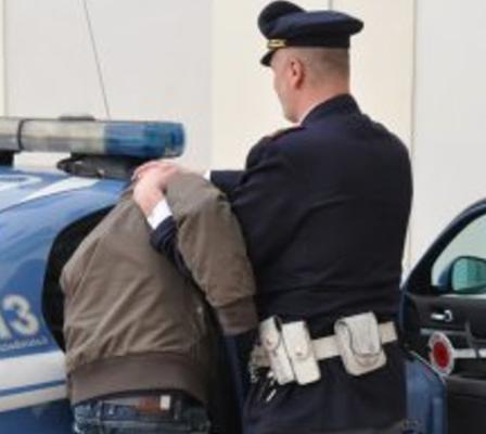 Catania, tenta di rubare un'auto ma la polizia lo ferma e lo arresta