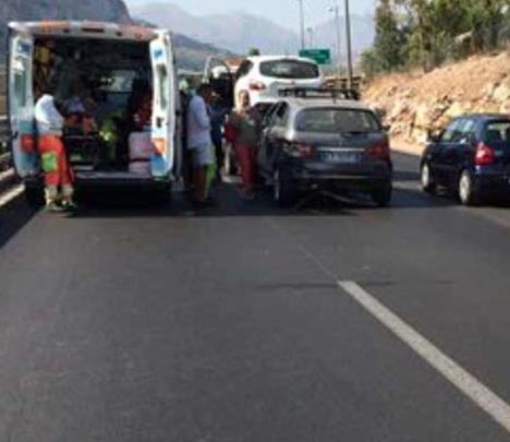 Malore sulla Palermo-Mazara, anziano provoca tamponamento: tre feriti