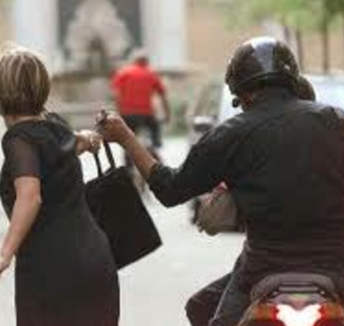 Siracusa, tentano di scippare il Rolex ad una donna: la vittima reagisce e fuggono