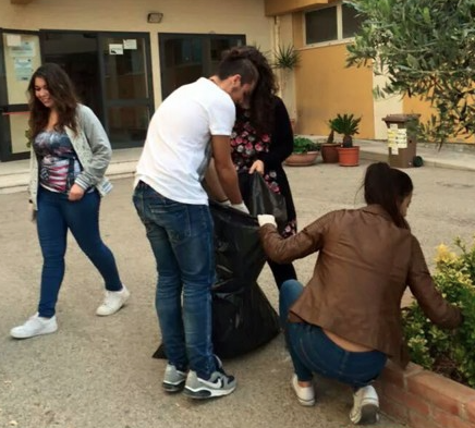 La scuola non può permettersi i bidelli, ad Agrigento puliscono gli studenti