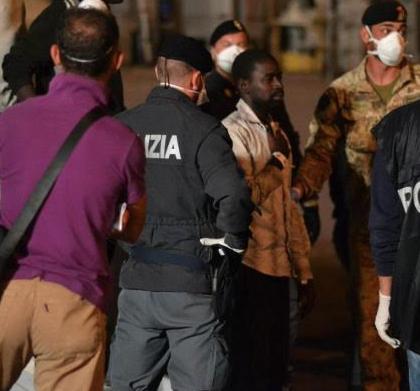 Immigrazione, sbarcano al Porto di Pozzallo 713 persone