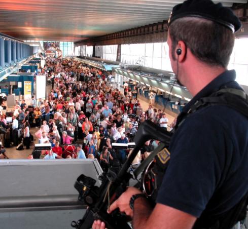 Biglietti aerei acquistati in frode, maxi operazione della polizia: 137 arresti