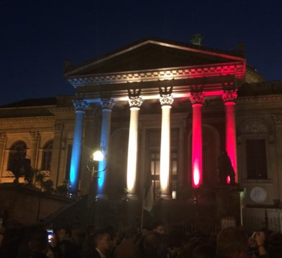 Palermo ha i colori della Francia, la città si stringe attorno a Parigi