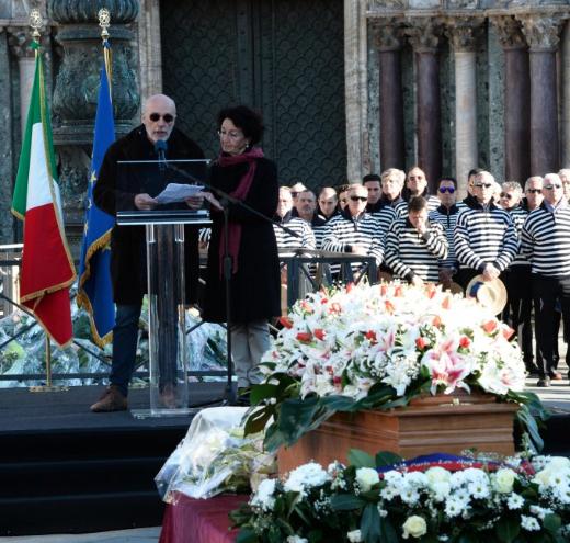 Venezia, cordoglio per Valeria Solesin: rose bianche e messaggi dagli amici