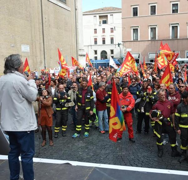 Catania, stato di agitazione per i vigili del fuoco: il sindaco diserta l'incontro