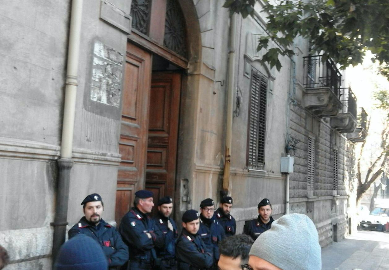 Sgombero palazzina a Palermo, 16 persone tra cui minori per strada