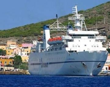 Sfiorata una tragedia a Linosa, donna vola giù da  un traghetto: viene salvata