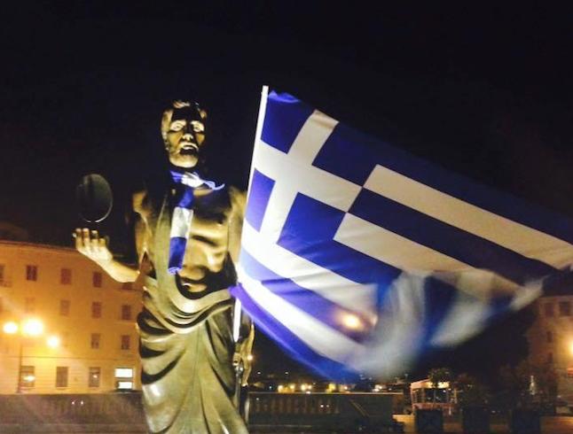 Anche Archimede supporter  del Siracusa con la bandiera della Grecia