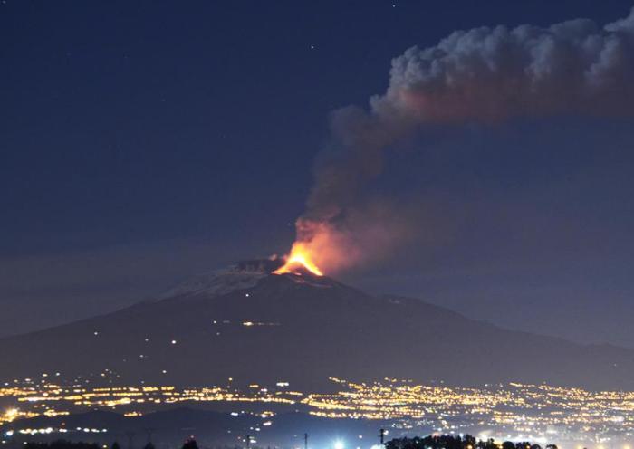 L'Etna torna ad eruttare, cenere e boati preoccupano gli esperti