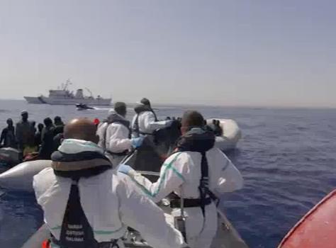Lo sbarco di 375 migranti a Pozzallo, fermati tre presunti scafisti