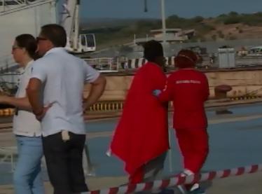 Lo sbarco ad Augusta con 7 cadaveri a bordo: fermati sei presunti scafisti