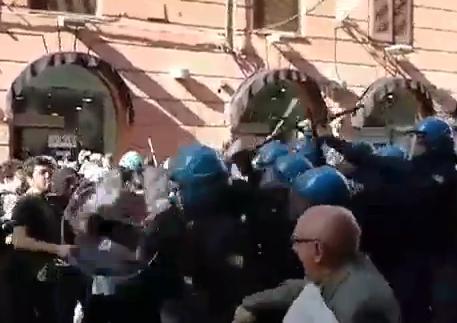 Studenti e precari contestano Renzi, tensioni a Palermo