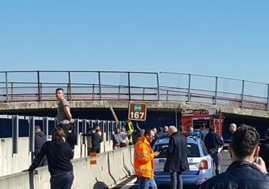 Ancona, crolla un ponte sull'autostrada A14: marito e moglie morti e 3 feriti