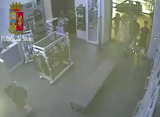Catania, furto con spaccata al negozio Adidas: quattro arresti