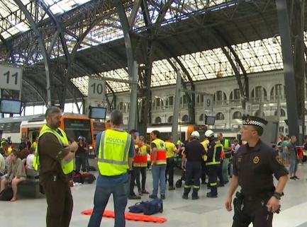 Barcellona, un treno non si ferma e sbatte contro il paraurti: 48 feriti, 5 gravi