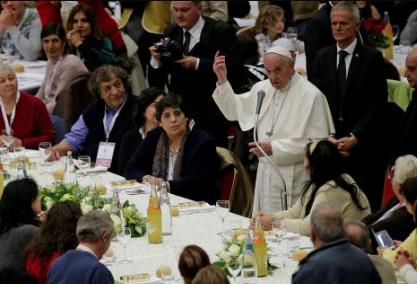Il Papa: nella giornata dei poveri mettiamo gli ultimi al centro