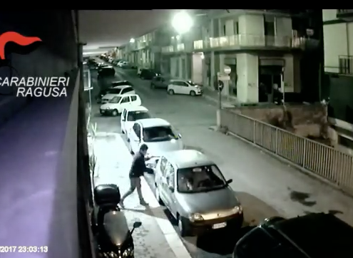 Ragusa, ha saccheggiato 10 auto: ora gli danno la caccia IL VIDEO