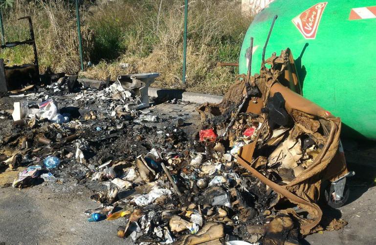 Catania, cassonetti distrutti dal fuoco a San Giovanni Galermo