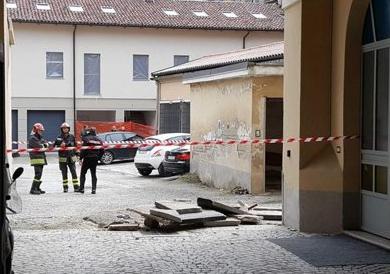 Asti, crolla balcone: donna travolta dalle macerie