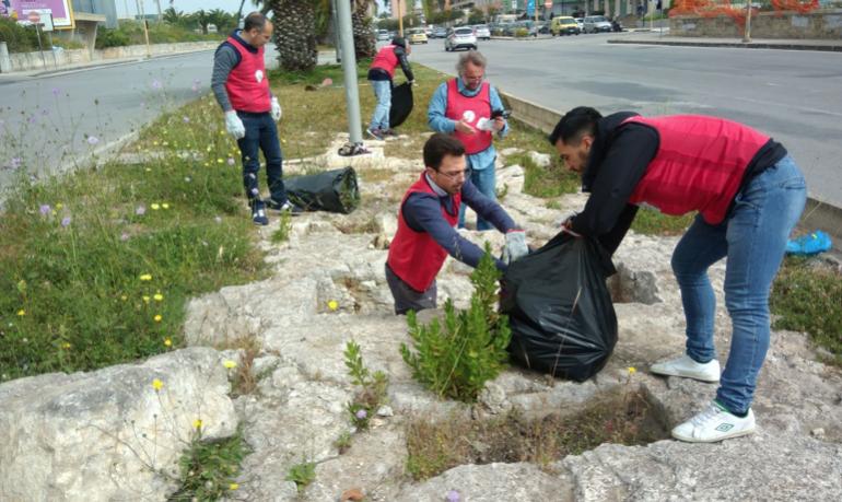 Siracusa, militanti di CasaPound ripuliscono le tombe greche