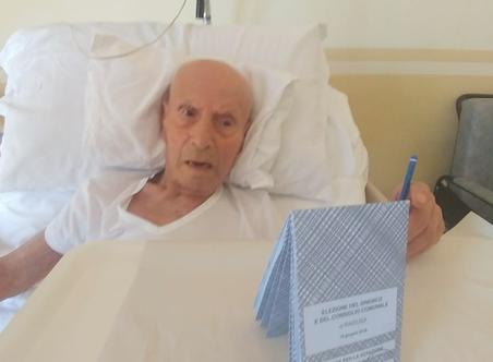 Ragusa, compie 100 anni e vota: sindaco uscente gli fa visita
