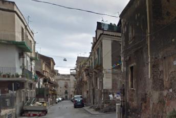 Catania, agguato in un'officina: ventenne ferito a colpi di pistola