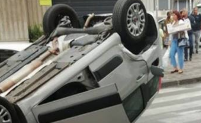 Acireale, Fiat Panda si ribalta al centro della carreggiata: tutti illesi
