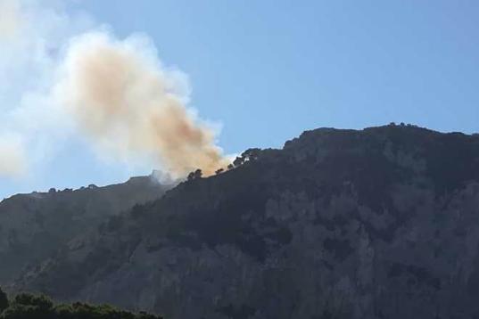 Capri, incendio di vaste proporzioni sulla cima di Monte Solaro