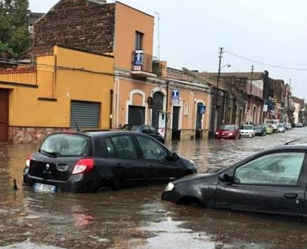Maltempo, bomba d'acqua su Catania: le strade trasformate in fiumi