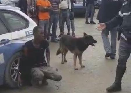 Foggia, migrante ammanettato alla ruota dell'auto della polizia