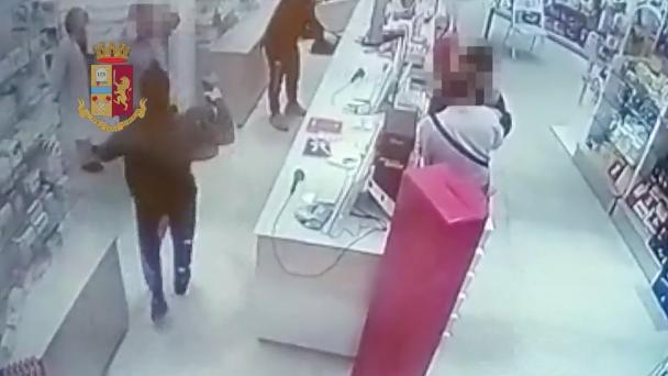 Tre giovani rapinatori assaltano farmacia a Palermo: vengono presi