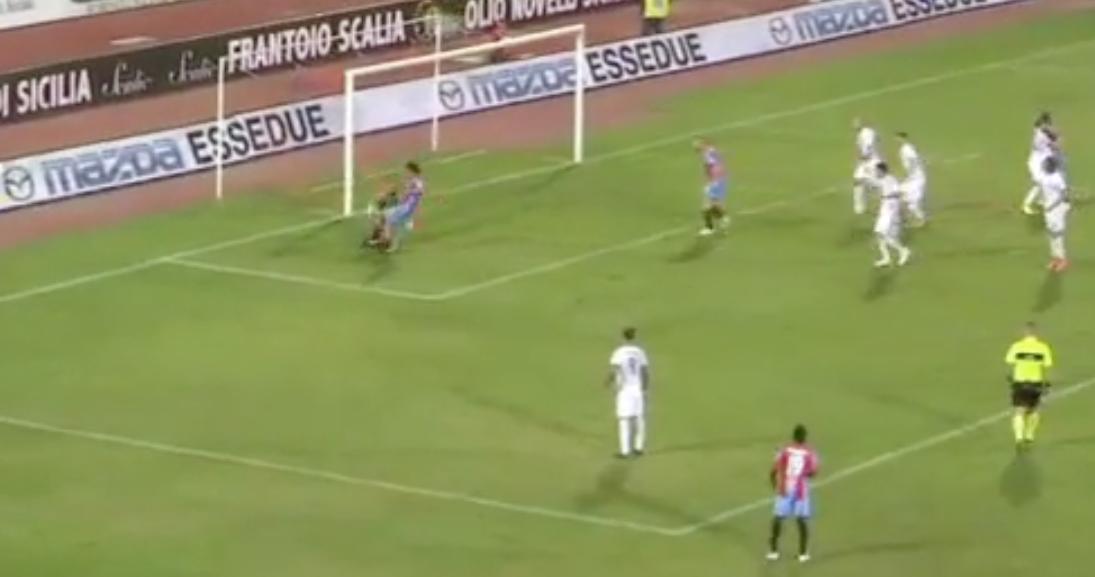 L'ira dei tifosi del Siracusa per la sconfitta nel derby: in un frame il regalo al Catania