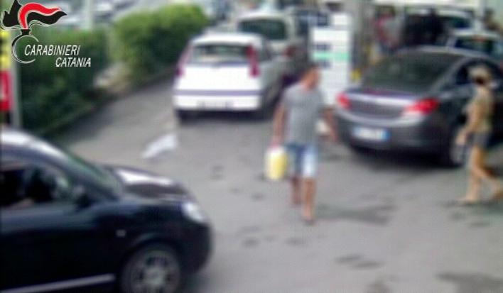 Benzina a sbafo a Giarre, ecco il VIDEO del furto di carburante