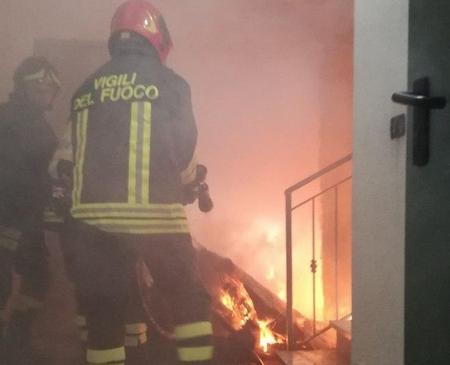 Incendio in uno scantinato di un edificio: nessun ferito a Crotone