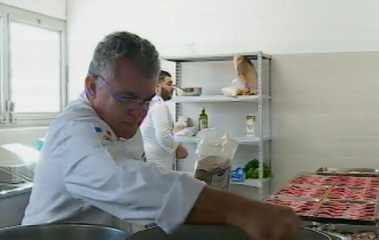 Lo chef Giovanni Guarneri cucina per un gruppo di detenuti al carcere di Siracusa