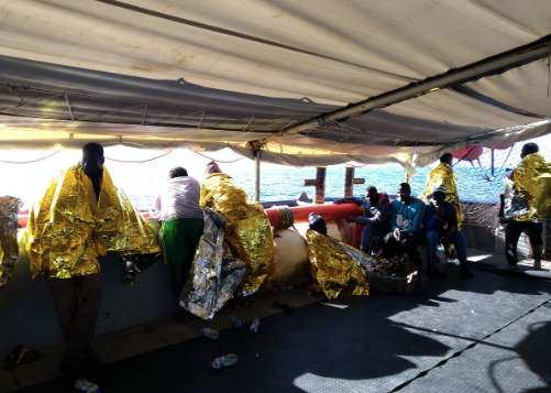 Migranti, Sea-Watch su Twitter: soccorse 47 persone in un gommone