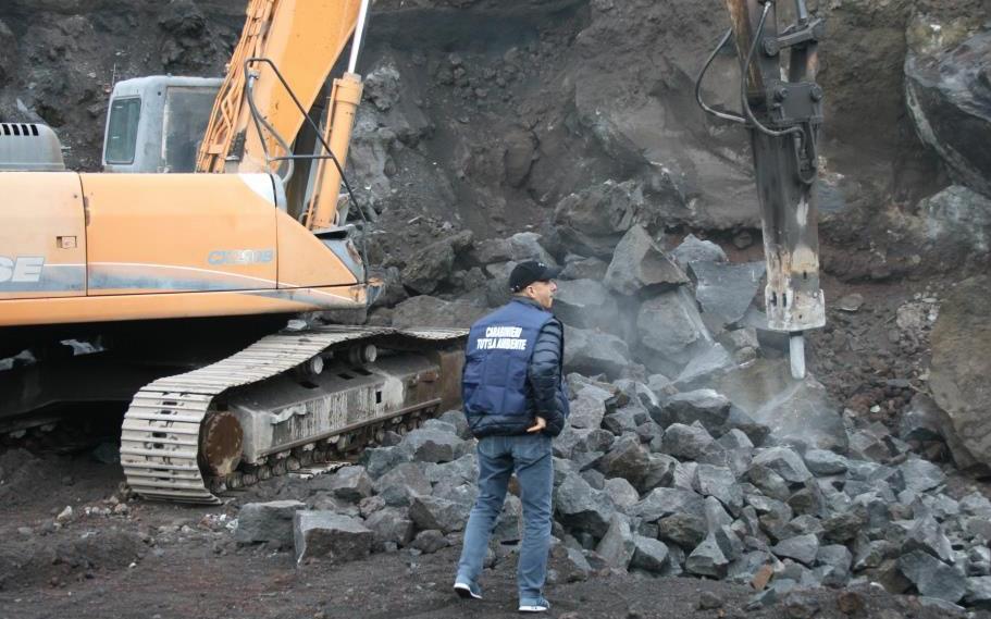 """Nicolosi, estraeva pietra lavica nell'area del """"Parco"""": sequestro del Noe"""