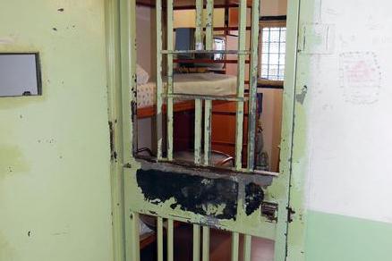 Catanzaro, agente penitenziario aggredito da due detenuti