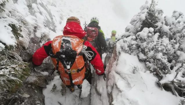 Scialpinista travolto e  ucciso da una valanga nelle Alpi Carniche