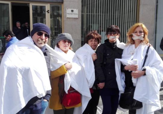 Bocche incerottate, protesta dei lavoratori della ex Provincia di Siracusa