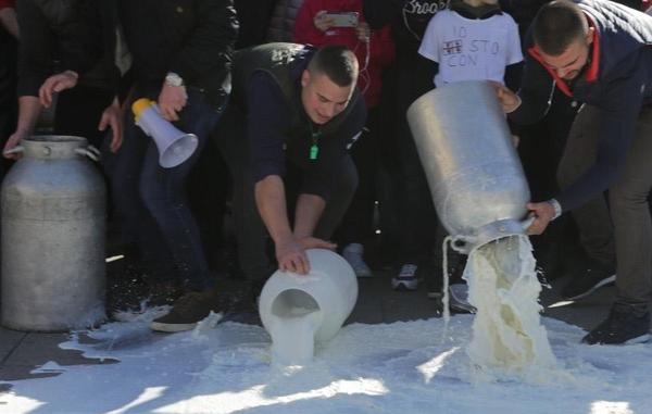 Protesta degli allevatori a Enna: sversati duemila litri di latte vicino all'Outlet Sicilia Village